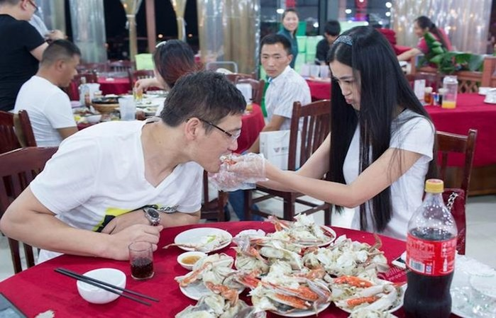 Красивые китаянки осваивают новую экзотическую профессию для ресторанов