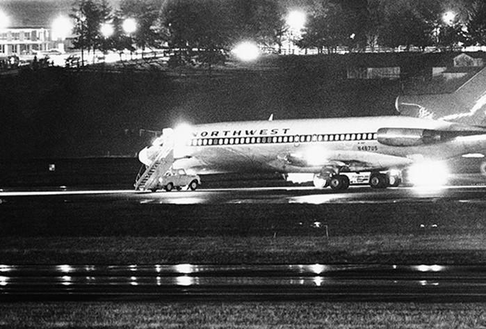 Опасный пассажир угнал самолет, получил выкуп иисчез внебесах