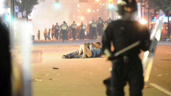 kissing_couple_riots_Vancouver-344254.jpg!d (700x393, 51Kb)