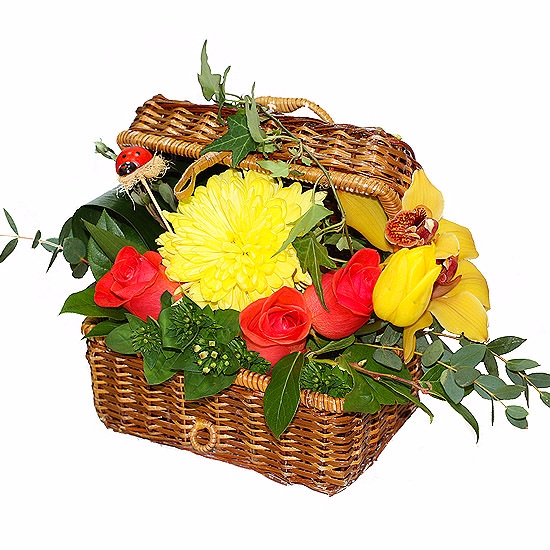 Букеты цветов в сундучке и корзине, орхидей