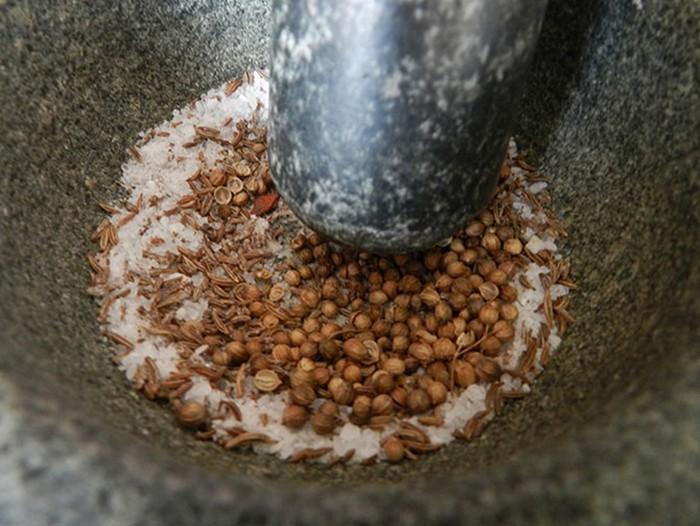 Острый соус из слив с кориандром, чесноком и тмином