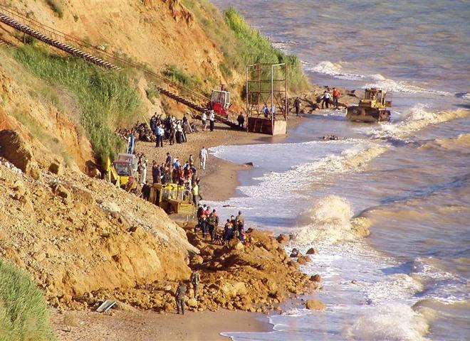 спасательная операция МЧС и добровольцев после обвала над диким пляжем