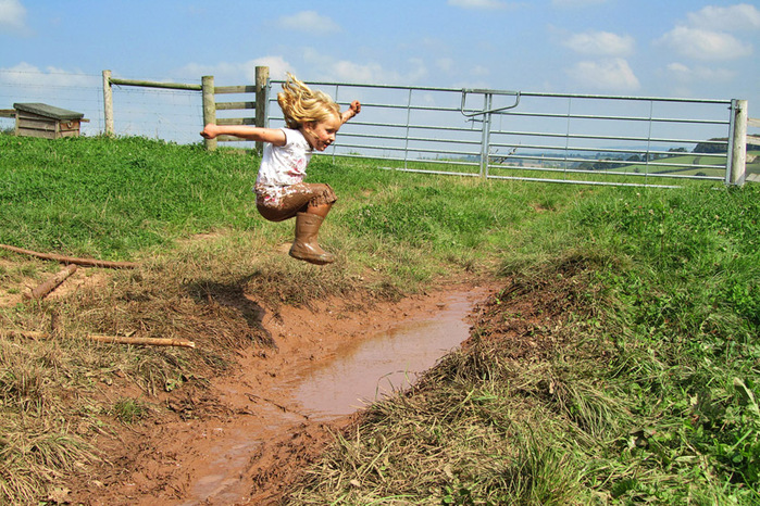 girl_jumping_mud-55procent (700x466, 223Kb)