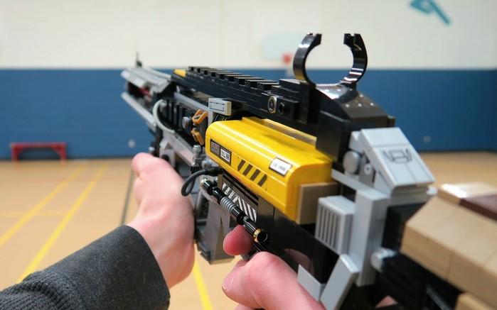 Вот еще одно видео про оружие из Lego...