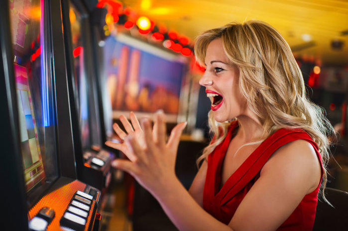 Woman-winning-at-slot-machine (700x465, 79Kb)