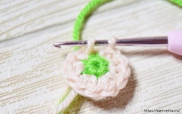 Декоративное панно с вязаными цветочками (2) (601x375, 111Kb)