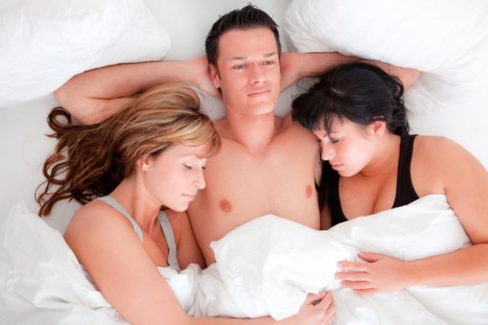 Нас трое она одна секс смотреть, залили спермой очко