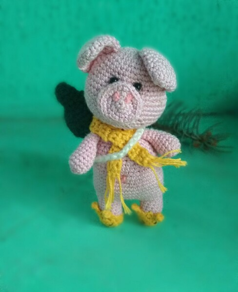 Новогодняя свинка с елочкой крючком