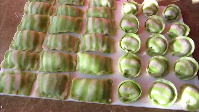 Пельмени зебра: попробуйте удивить гостей красивым необычным блюдом!
