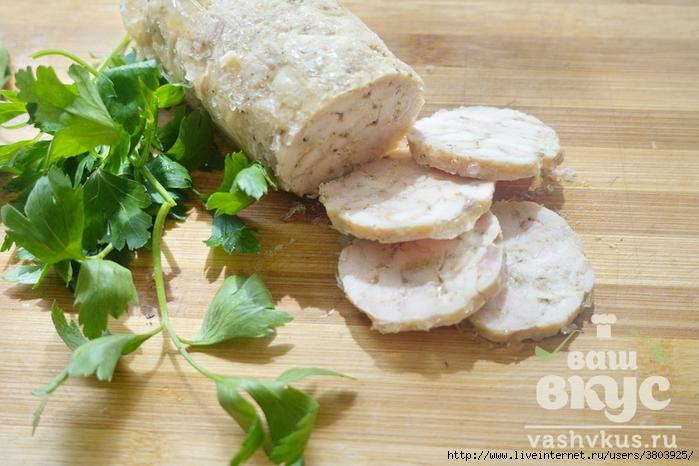 Куриный рулет с желатином в пленке — очень простой в приготовлении, а уж какой вкусный и полезный!