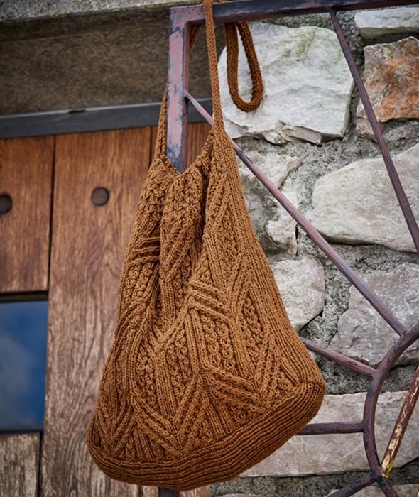 Коричневая вязаная сумка с рельефным узором