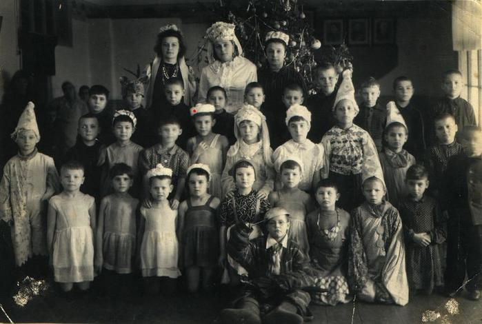 1950-orphanage-motherValentina(2nd row from below - 5th fromV (700x470, 50Kb)