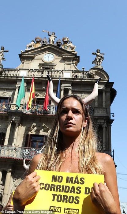 Голые защитники быков провели акцию протеста в испанской Памплоне