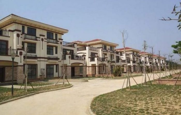 luxury-village-in-china-remains-deserted-as-villagers-fight-over-who-should-own-one-or-two-villas-3-750x475 (700x443, 48Kb)