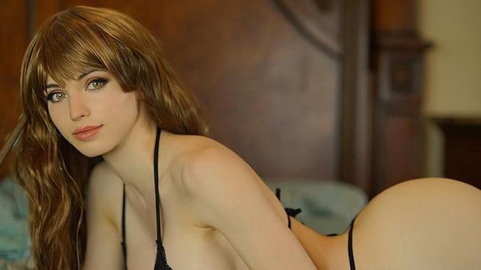 Amouranth играла с собачкой и «случайно» обнажила гениталии