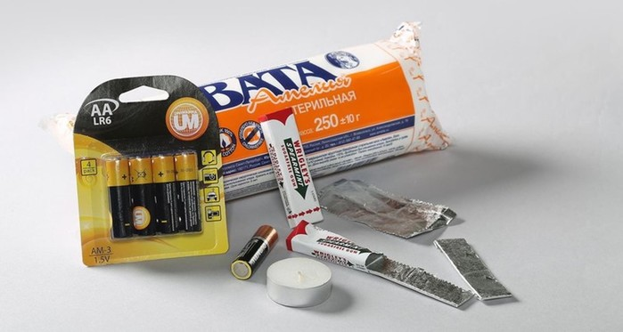 Как развести костер спомощью батарейки