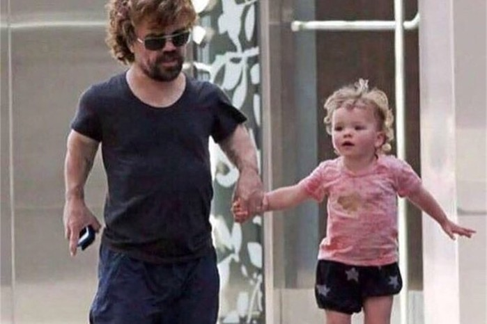 Питeр Динклэйдж гуляет со своей дочкой