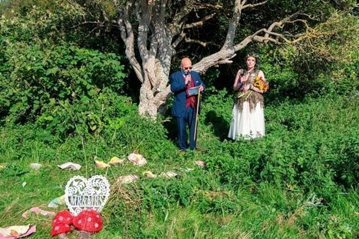 Свадьба с деревом: мать двоих детей вышла замуж за бузину