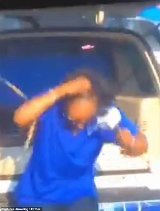 Лемур сорвал парик с головы телеведущей