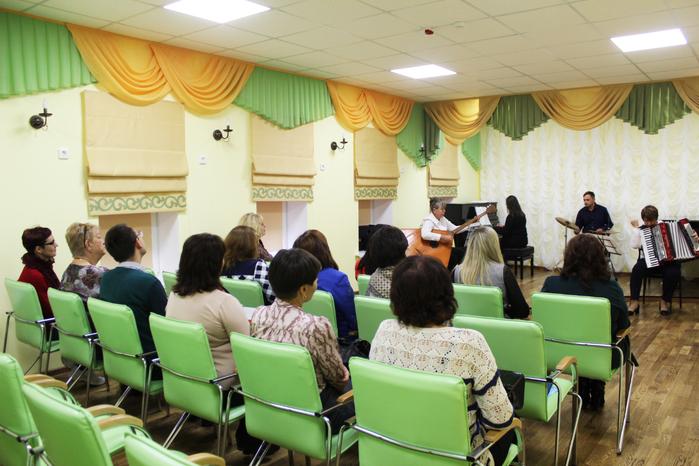 Участники Борисовского зонального методического объединения слушают выступление ансамбля Ретро-Дилижанс