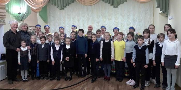 Учащиеся, директор и преподаватель школы искусств А.В. Макаров с участниками фольклорного ансамбля Козинские напевы