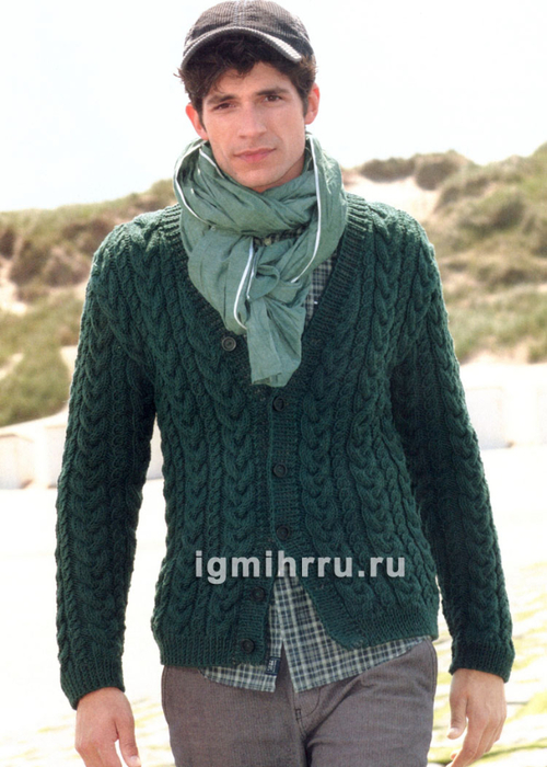 Зеленый мужской жакет, связанный сплошными косами. Вязание спицами