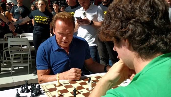 Арнольд Шварценеггер и Франко Коломбо играют в шахматы