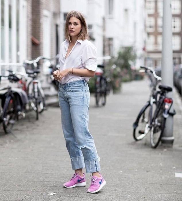 Как стильно сочетать джинсы и кроссовки женщине