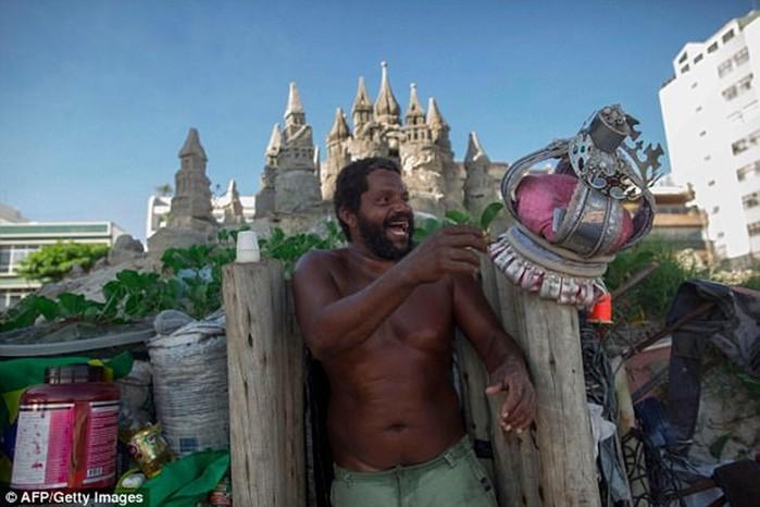 Бразильский «король пляжа» 22 года прожил в замке из песка