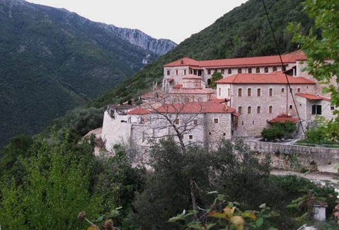 Древние монастыри в горах Греции