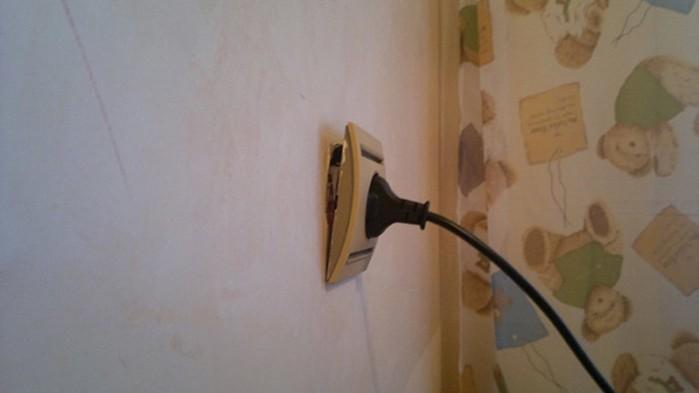 Чтобы розетка не вываливалась из стены