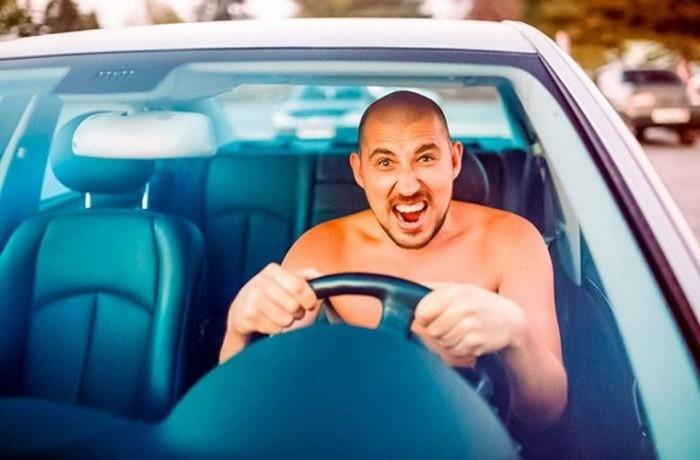 Можно ли ездить за рулем автомобиля с голым торсом и босиком
