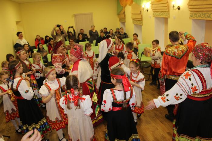 Учащиеся отделения Музыкальный фольклор и ансамбль Мила-Лада танцуют Польку-Птичку