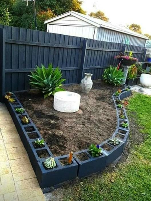 Интересные поделки из кирпичей и шлакоблоков для сада