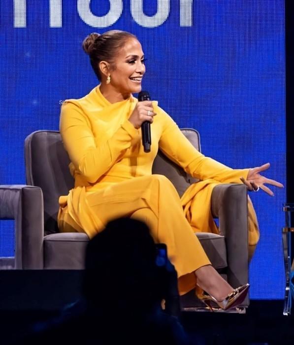 Дженнифер Лопес в ярком костюме рассказала про Оскар 2020