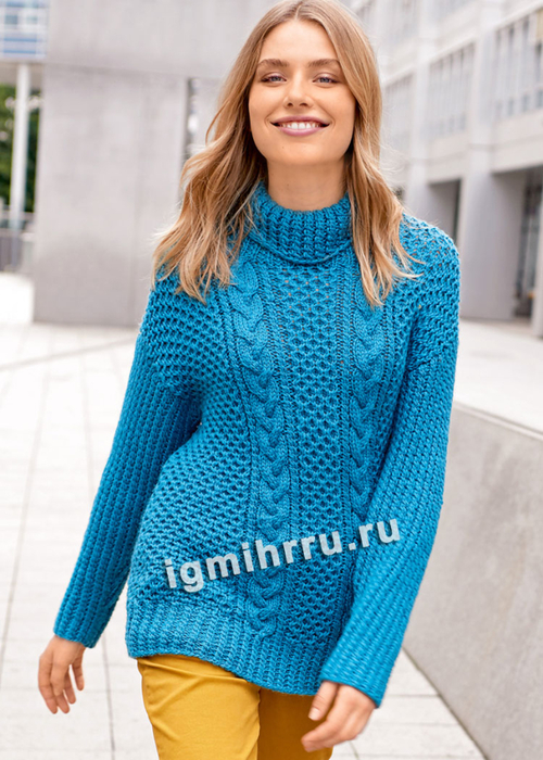 Голубой свитер с узорами из кос и сот. Вязание спицами