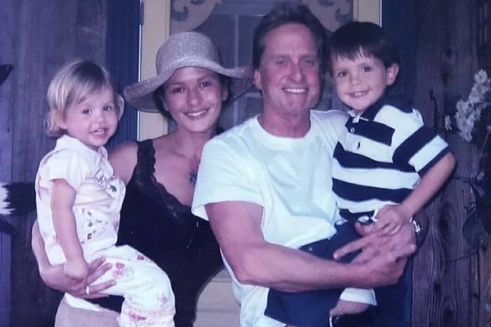 Майкл Дуглас с женой Кэтрин Зета Джонс, сыном Диланом и дочерью Кери