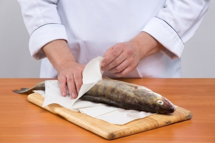 Как быстро почистить рыбу без ножа