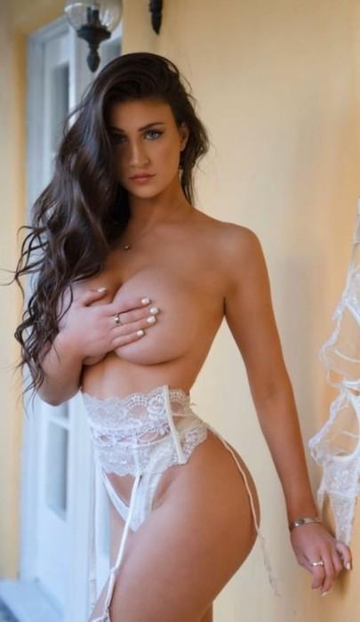 Руки девушек прикрывают грудь вместо бюстгальтера (фото)