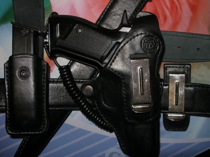 Для чего у полицейских пистолет привязан к кобуре