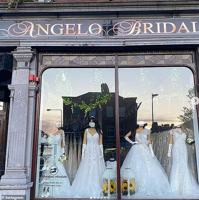 Защитные маски втон свадебным платьям стали популярны среди невест