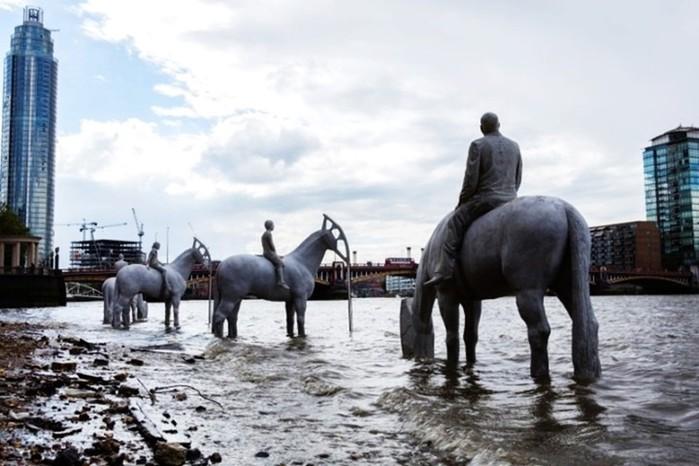 «Всадники Апокалипсиса» на берегу Темзы в Лондоне