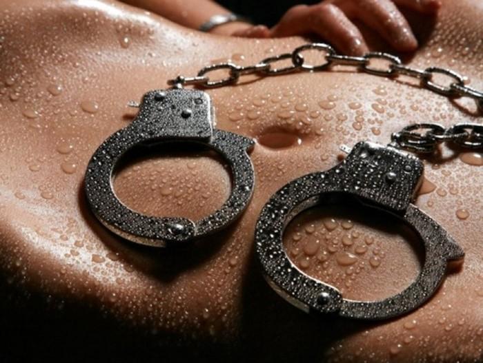 Секс в наручниках