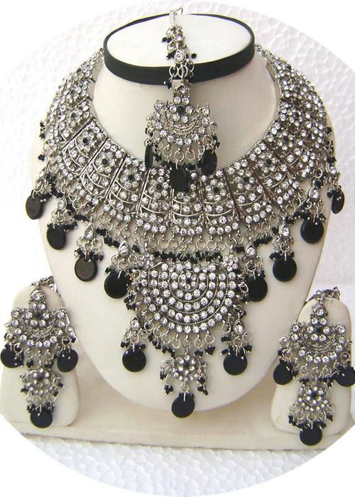 Black-Designr-Half-Moon-Pendant-Silver-Base-Necklace-Set-with-Tika[1] (500x700, 445Kb)