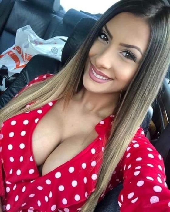 Горячие селфи девушек в автомобиле
