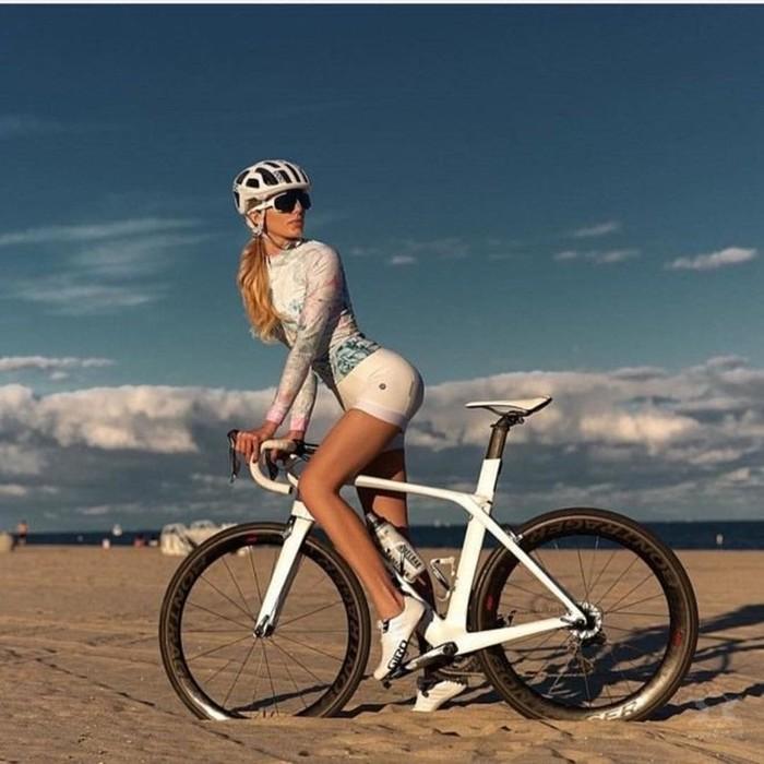 Девушки на велосипеде   трогательные фотографии