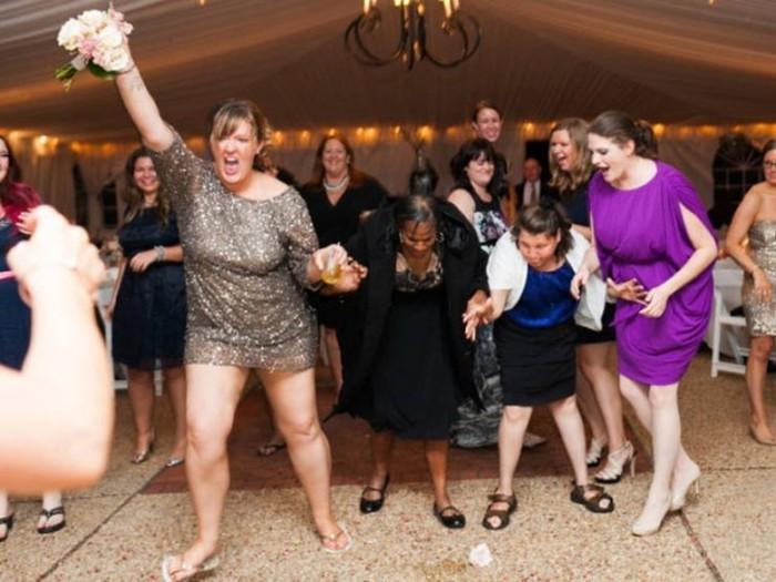 Смешные фото, как девушки ловят букет на свадьбе!