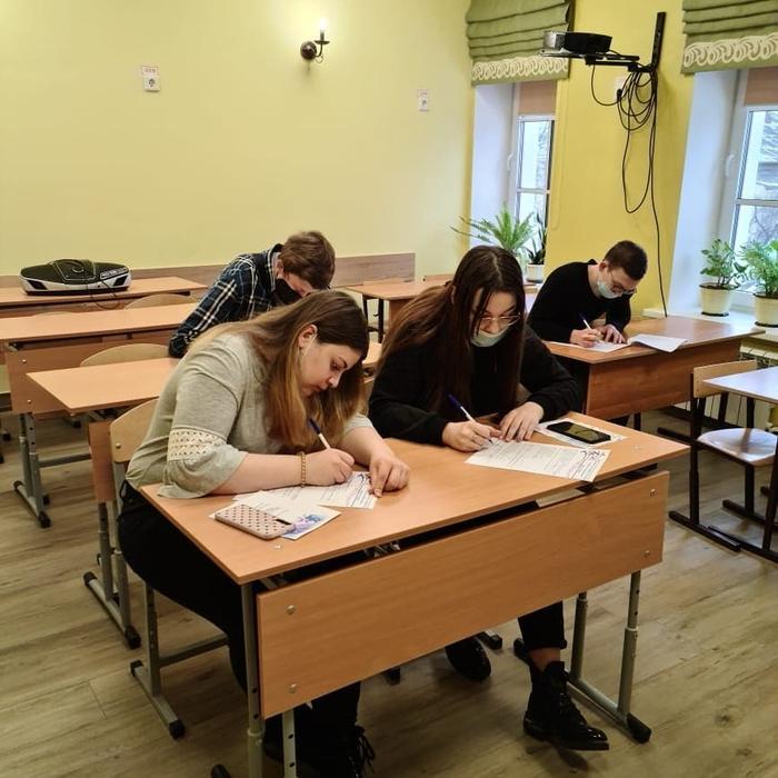 Студенты-участники проекта заполняют анкету