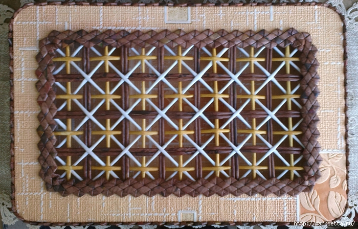 Плетение из газет. Мастер-класс на крышку с цветным узором из трубочек (21) (700x448, 333Kb)