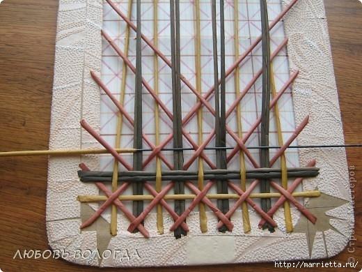 Плетение из газет. Мастер-класс на крышку с цветным узором из трубочек (37) (520x390, 169Kb)